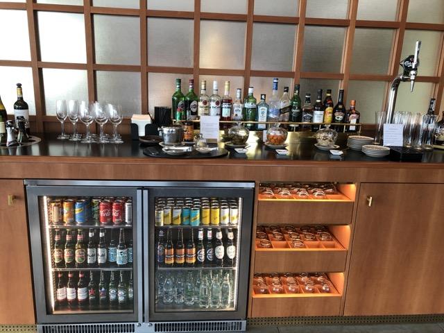 lhr cx first class lounge zone beverage