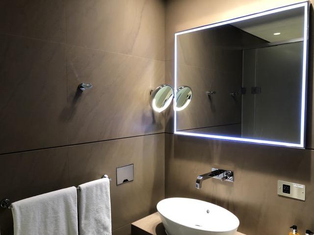 doha business lounge shower room2