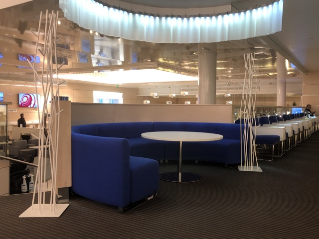 hel-finnair-lounge sofa
