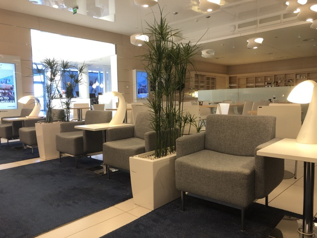 hel-finnair-lounge couch