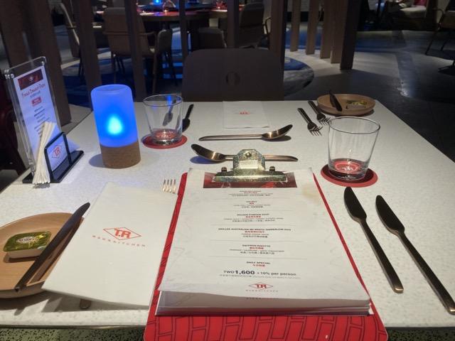 ihg-indigo-taipei-taiwan dining table