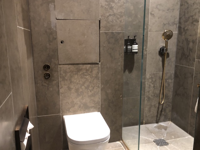 cathay lounge lhr shower room2