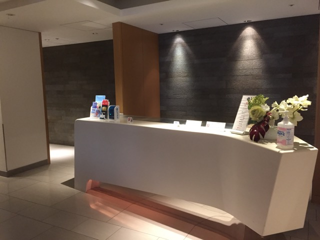 lounge-inside-nrt-jl-counter