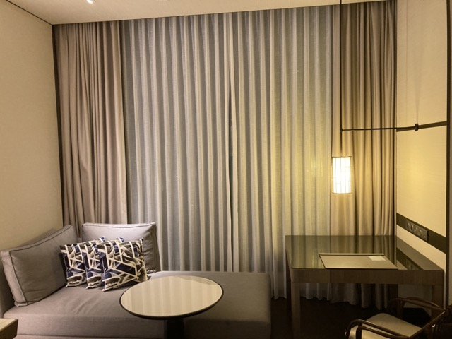 taipei-shihlin-renaissance-hotel-sofa-and-desk