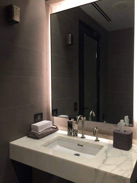 ua sfo lounge shower room2
